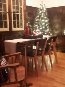 Kitchen table set...4 chairs/table