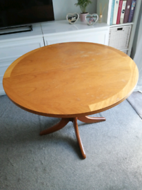 Round wooden extandable table