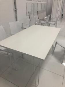 Table blanche en bois, pattes en métal
