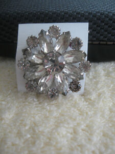 ...A STATELY OLD-FASHIONED VINTAGE BROOCH  [with SPARKLE]
