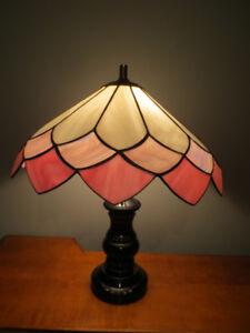 Lampe de table ou chevet, base noire, abat-jour genre Tiffany.