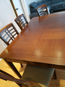 Extendable dinning  table and 6 chairs.