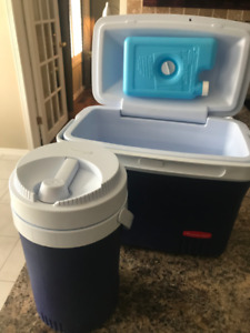 Rubbermaid mini Cooler with insulated Thermos