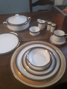Paragon Fine Bone China - Full place setting for 10 people