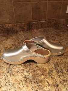 Silver Hannah Anderson girls Swedish clogs - size 4.5 London Ontario image 2