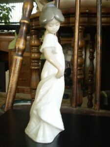"NAO Lladro Figurine- "" How Pretty "" #1110 Kitchener / Waterloo Kitchener Area image 5"