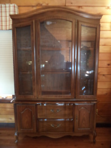 Beautiful 2 piece hutch in excellent condition