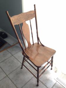 lot de quatre chaise (antiquité) en bois pour set cuisine