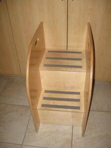 Meubles garderie, escabeau en bois, armoire + 6 casiers