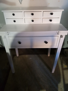 White desk/vanity like new condition delivery can be arranged