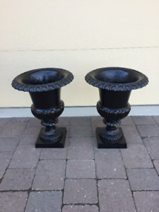 MEDIUM CAST IRON PLANTERS