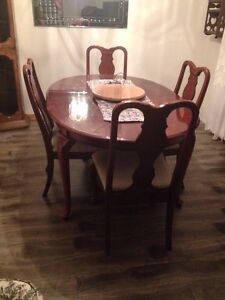 Kitchen table and chairs - has middle insert too(sussex nb)