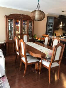 Dining table and set/salle a manger et vaisselier
