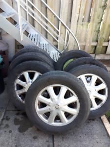 4 pneus P225/60R16 d'été avec MAGS à vendre et 4 autres à donner