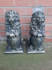 Garden ornament pair of lions