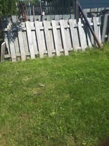 Plusieurs sections de clôture de bois
