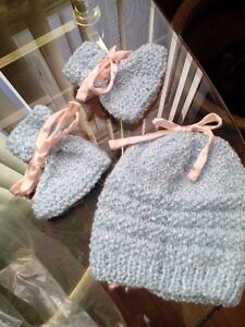 Hand knit set 3-6 mths girls Blue with pink ribbon NEW West Island Greater Montréal image 4