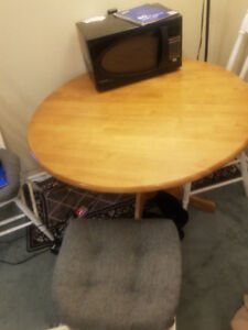 Very good condition beautiful vintage 4 chairs & kitchen table
