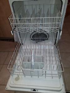 lave-vaisselle,3 ans,fonctionne très bien et cellier pour vins