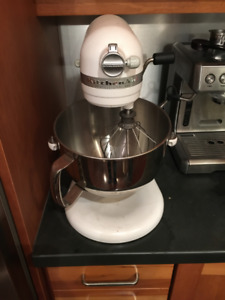 Rarely used White Kitchenaid Professional 600 Stand Mixer