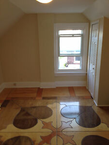 Heated 3 bedr 1.5 bathrooms with laundry 15 min walk to Queen's