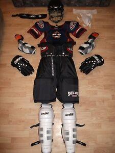 Équipement de hockey pour senior (adulte), 220$.