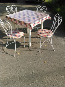 ENSEMBLE BISTRO TABLE ET 4 CHAISES