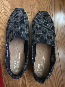 BRAND NEW 6.5 Toms canvas shoes