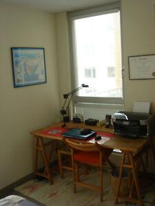Belle chambre meublée en plein centre-ville de Montréal.
