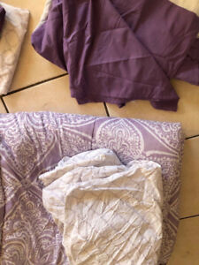 GIRLS TWIN BEDDING GREAT CONDITION, PERFECT FOR DORM ROOMS SIZE