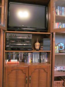 Television Ecran Plat 32 po. Aquos de Sharp avec meuble etagère
