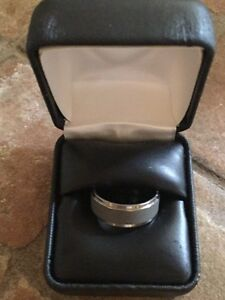 MENS SIZE 9 TUNGSTEN SILVER AND GREY WEDDING BAND