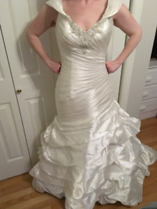 Beautiful wedding dress- no alterations, never worn