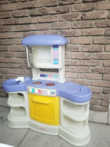 Little Tikes Play kitchen with food and plastic frying pan