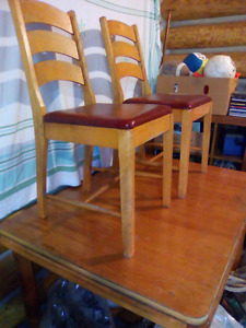 Solid table with 4 chairs- maniwaki area