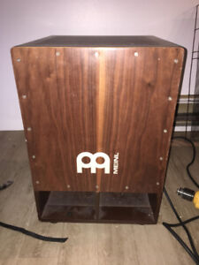 Cajon -- 'drum' accoustique en bois.