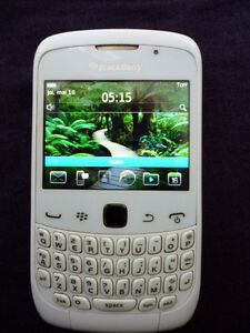UNLOCKED BLACKBERRY CURVE 9300 TRES BONNE CONDITION ($40).......