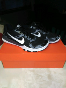 Boys Nike shoe size 5 1/2