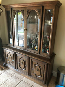 Hutch China Cabinet Buffet in new condition. Solid wood.
