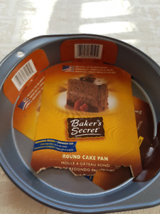 """Baker's Secret Round Cake Pan"