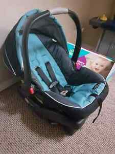 Excellent condition graco car seat and 2 bases