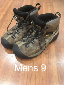 Men's hiking boots, sz 9.  Keens.