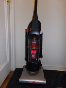 BISSELL BAGLESS UPRIGHT VAC WITH DUAL EDGE CLEANING
