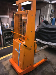 BLUE GIANT 1500 LBS. HYDRAULIC LIFT