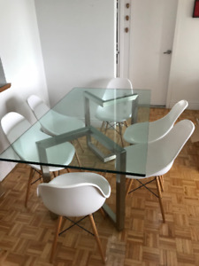 Beautiful glass table, with Eames Eiffel chairs / avec chaises