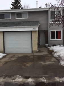4 Bedroom Townhouse in Grandin with attached Garage - Jan 1