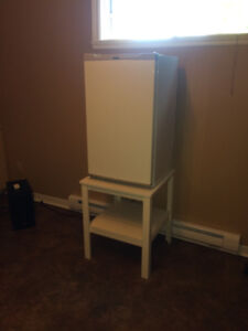 Petit réfrigérateur , avec table