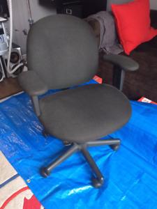 Black computer chair / Chaise d'ordinateur noire