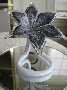 EXQUISITE OLD VINTAGE ART GLASS BLOSSOM-ON-STAND