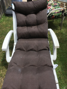 Outdoor lounge chair with cushion